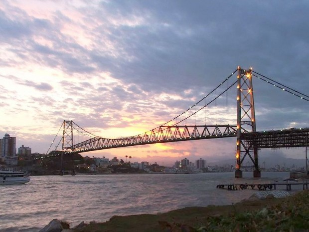 Florianopolis_HLuz_bridge_sunset_wikimedia-620x465